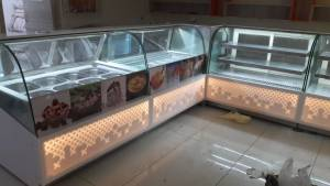 Ice cream & matar serkend display counter